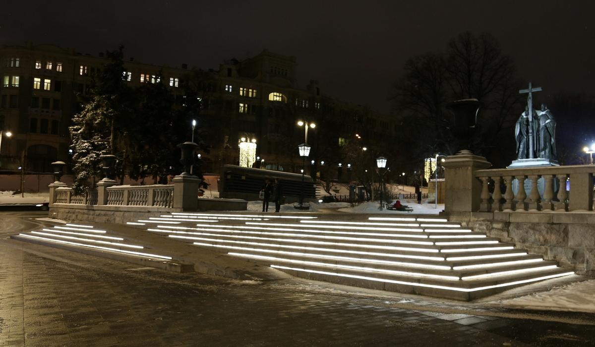 Подсветка ступеней линейными светильниками в Ильинском сквере